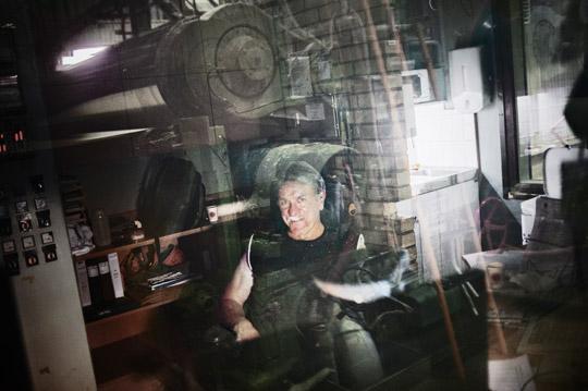"""""""För mig skulle det vara lagom att gå i pension nu, men jag har fem år kvar. Jag var 15 år när jag började, så jag har jobbat skiftarbete i 45 år. Det är slitsamt och man är trött. Förr kunde jag sova efter nattskiftet, men det går inte längre. Jag tycker att om man har jobbat skift ska man få gå i pension när man är 62 eller möjligtvis 63 år, säger Rauno Kumpulainen, 60 år, operatör, Stora Enso Skutskär.  Foto: THEO ELIAS"""