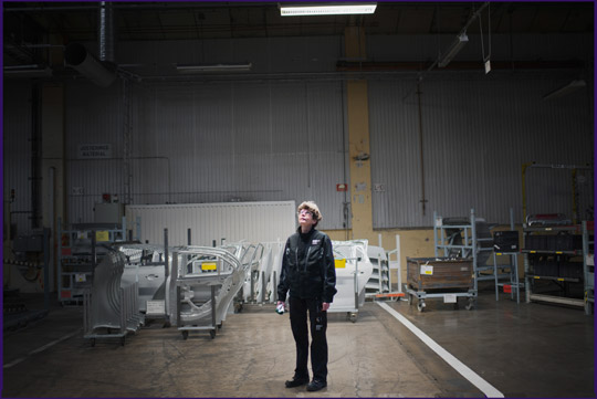 """Beata Milewska kom till karossavdelningen på Saab i Trollhättan för trettio år sedan. Var en av de sista som lämnade fabriken och en av de första som anställdes när elbilstillverkaren Nevs flyttade in. """"Spännande att få vara med om en framtidssatsning"""", säger hon. Foto: THEO ELIAS"""