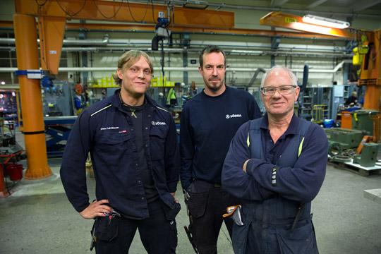 """Emil Ek, Magnus Hemming och Sten-Åke Pettersson. Tre män som trivs med det fria jobbet på Södra Cell Mörrum. """"Tiden går fort när man har ett så varierat jobb som vi"""". Foto: HANS-PETER BLOOM"""