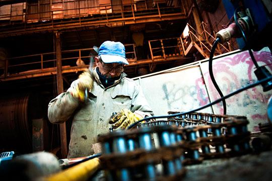 """Sedan de anställda tog över fabriken är det vanligt att flera personer från samma familj får jobb. """"Vi tar hand om varandra"""", säger Manuel Silva, vars dotter anställdes för tre månader sedan. Foto: OSKAR SJÖLANDER"""