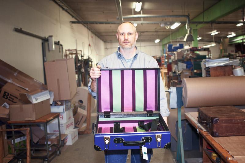 Klassiskt snitt. John Holm, pappersarbetaren som blir kvar efter nystarten efter konkursen, visar upp en av brukets stoltheter. Foto: THEO ELIAS