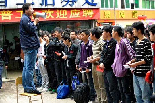 Kinas unga söker sig till industrin. Varje morgon köar tusentals ungdomar för att få jobba på Foxconn i Shenzhen där Iphone och Ipad tillverkas. Med de ungas inträde på fabrikerna har Kina fått en ny ung arbetarklass som vågar ta strid.  Foto: TT NYHETSBYRÅN