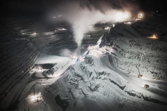"""Aitikgruvan är ett dagbrott som sträcker sig ända ner till 450 meter. Brytningen sker med """"pallbrytning"""", som i korthet innebär att malmen bryts ur berget i form av horisontella skivor. Foto: THEO ELIAS"""