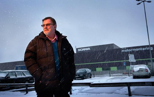 """Jan Lannekvist på Scania berättar om hur tempot har skruvats upp och arbetet tömts på innehåll. """"Montörerna hinner knappt gå på toaletten. För att lämna jobbet vid monteringslinan krävs avlösning.""""  Foto: ANDERS G WARNE"""