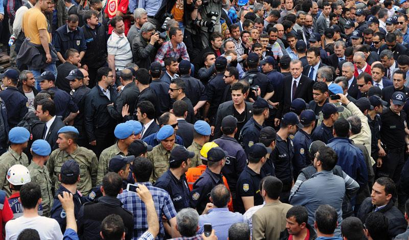 Turkiets premiärminister Recep Tayyip Erdogan, omgiven av säkerhetsvakter, på plats i Soma under onsdagen. Foto: EMRE TAZEGUL