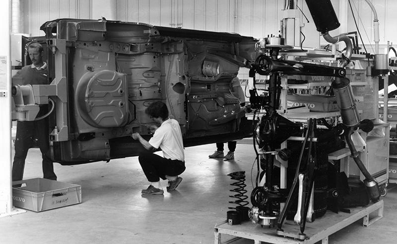 Vid Volvos Uddevallafabrik hade arbetarna kunskap om bygget av en hel bil och därför en särskild förmåga att bidra med nytänkande, skriver Åke Sandberg. Foto: TT NYHETSBYRÅN