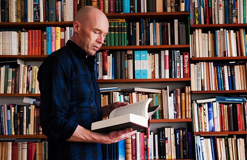Drömmen blev sann. I dag står Robert Åsbacka vid sina drömmars mål, att vara författare på heltid. Foto: SUSANNA FORSELL