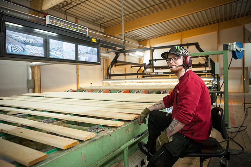 Innan utbildningen hade Anders Beck aldrig funderat på ett jobb inom sågverksnäringen. Han blev först förvånad över hur automatiserad produktionen är och hur pass viktigt varje steg i processen är för värdet på slutprodukten.  Foto: LARS DAHLSTRÖM
