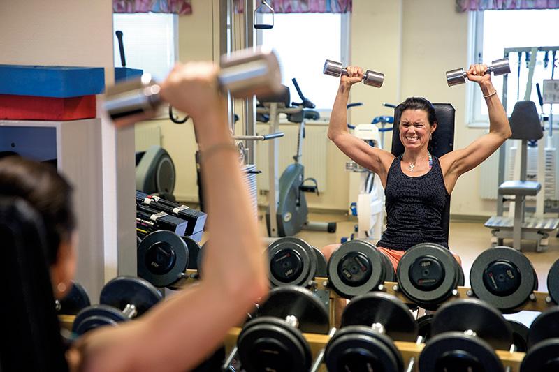 En stunds träning före skiftet håller kroppen i gång. Liz Jansson på Stora Enso Nymölla svettas med hantlarna ett par pass i veckan. Foto: HANS-PETER BLOOM