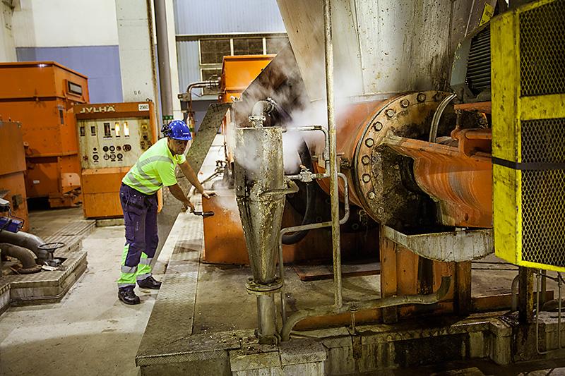 Ånga från massatillverkningen återvinns för att torka papper med, här driftteknikern Henrik Brundin vid en av raffinörerna.  Foto: PETER HOELSTAD