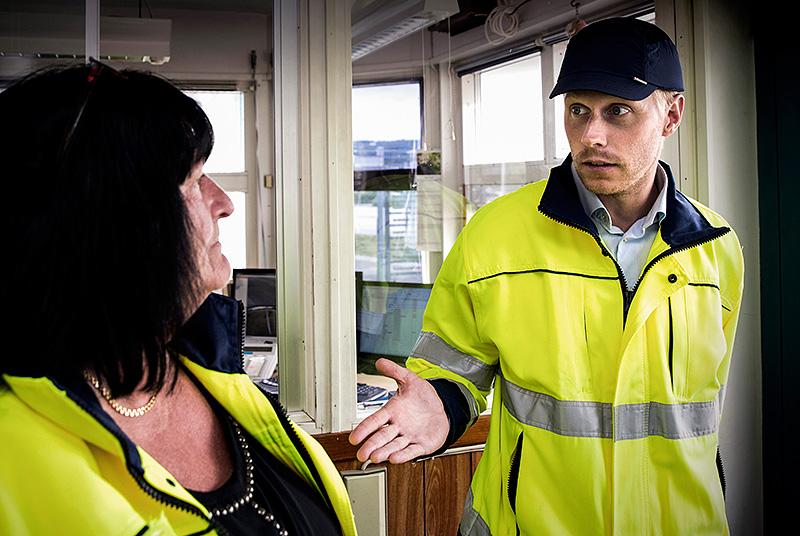 Fackklubbens ordförande Ulla Linnarsson i diskussion med nye platschefen Samuel Levin om bemanningsföretag. Foto: Sören Håkanlind