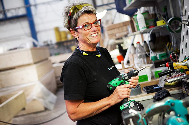 """Anette Åhlander bygger bjälklag på Hjältevadshus. Hon blev jätteglad när hon erbjöds anställning efter tio månader som inhyrd. """"Det känns som att de tycker att jag gör ett bra jobb."""" Foto: Marlin Johansson"""