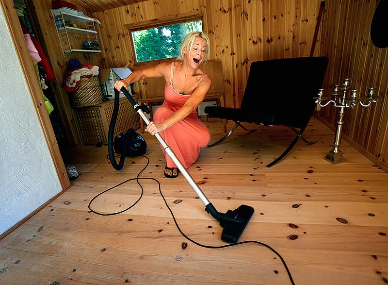 """Hon har Europas storscener som arbetsfält, men också tics som alla andra, berättar maken Svante: """"Hon gör ackord av allt, det blir liksom en liten melodisnutt av ljuden kring oss: vinden, mikrovågsugnen, dammsugaren."""" Foto: SUSANNA FORSELL"""