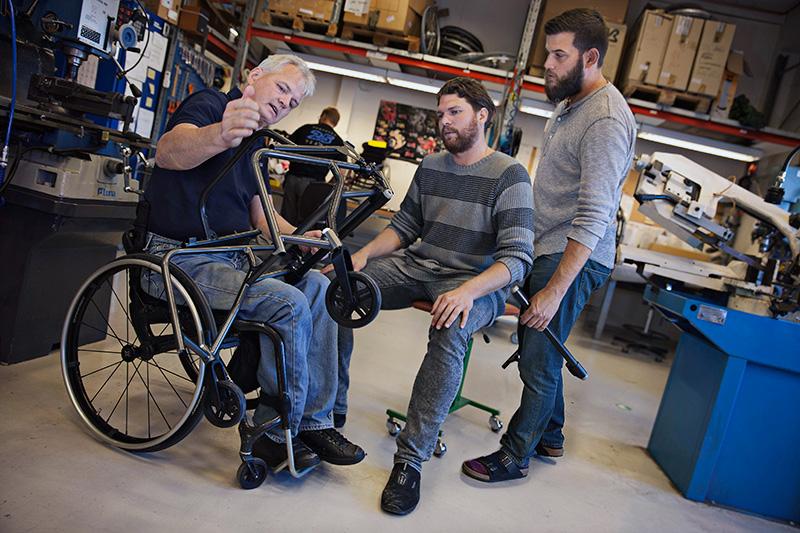 Från roadracingförare till rullstolsbyggare. Jalle Jungnell, Jonas Persson och Martin Ekberg fixar med en rullstolsprototyp som ska visas på en mässa i Tyskland.  Foto: MAGNUS BERGSTRÖM