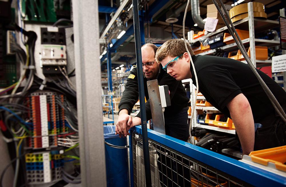 Konstruktion och produktion nära  varandra – produktionsteknikern  Magnus Palmqvist och operatören  Johan Skarfelt samarbetar när en ny produkt ska utvecklas. Närheten  snabbar på förnyelsen. Foto: OLA HÅKANSON