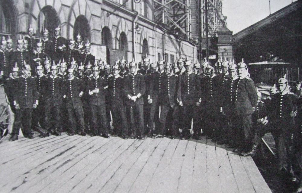 Foto av militärbevakning i Stockholm centralstation under storstrejken 1909