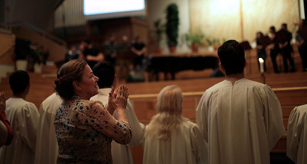 Behie har fått nytt hopp sedan hon blev kristen. Hon sjunger i kören och får undervisning i en frikyrka. Foto: JOAKIM ROOS