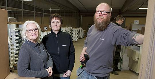 """Sedan 1 april kostar GS a-kassa det 320 kronor i månaden. Madde Johansson (till vänster) och Marie Carlberg jobbar deltid, men måste ändå betala full avgift. Vilket skydd den ger är det få som vet. """"Jobbar du skift här får du bara halva inkomsten i a-kassa om du blir arbetslös"""", säger Johnny Bergman. Foto: Mikael Ljungström"""