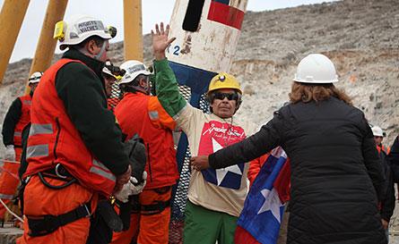 Mario Gomez var en av gruvarbetarna som räddades ur San José-gruvan i Chile under onsdagen. Foto: SCANPIX