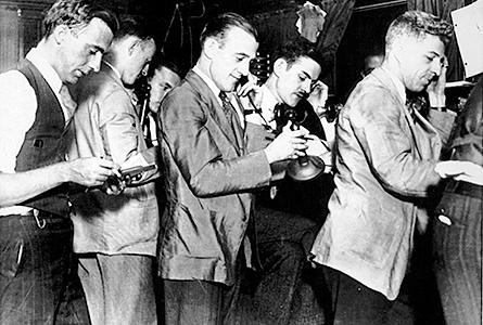 Börsmäklarna i New York ringer för att få ytterligare marginal till 01.00 på morgonen den 25 oktober 1929.  Foto: SCANPIX