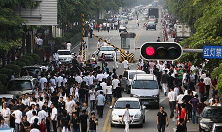 Arbetarna på Foxconn i Shenzhen lämnar fabriken efter att den tioende medarbetaren på företaget tagit sitt liv, den 27 maj i år.   Foto: SCANPIX